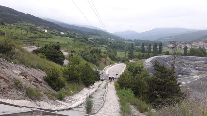 A meddőhányó mellett egy meredek lejtőn vezet az út Larrasoana felé.