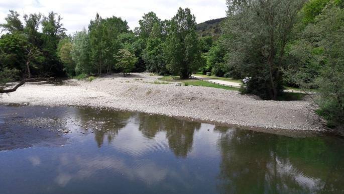 A folyóparti piknikezőhely a hídról.