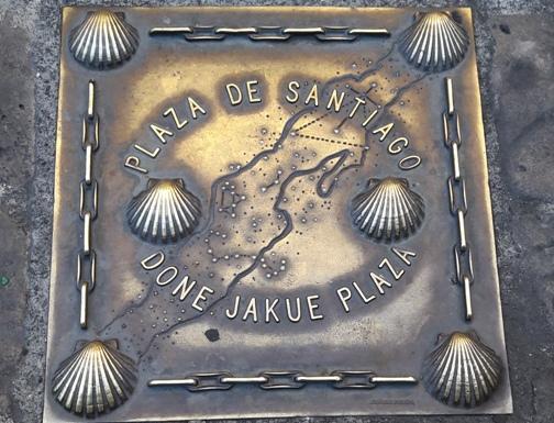 Egy szép kagylós tábla Pamplona belvárosában.