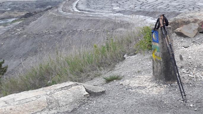 Meddőhányó, útjelző kő és a túrabotom.