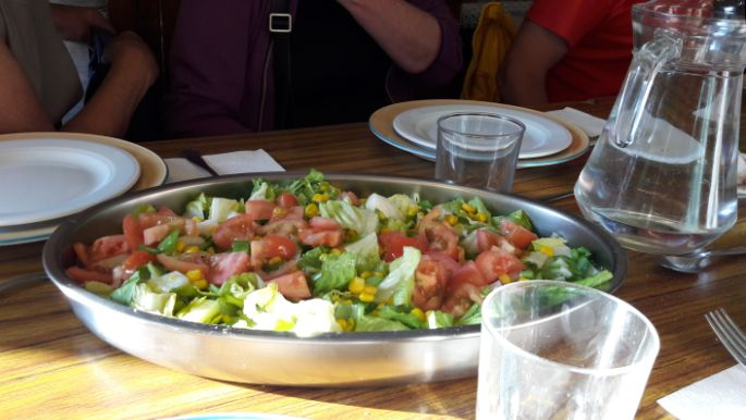 Az előétel saláta.