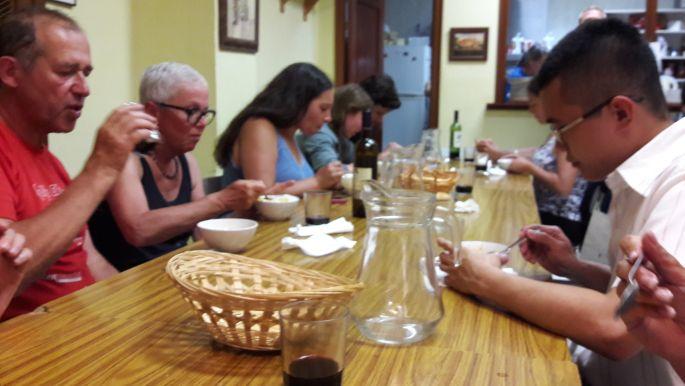Közös vacsora az alberuében.