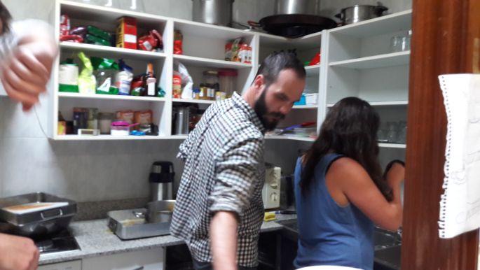 Dani egy amerikai lánnyal mosogat éppen.
