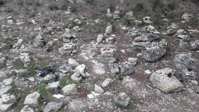El camino üzenőfal - cédulára írt üzenetek a kövek alatt
