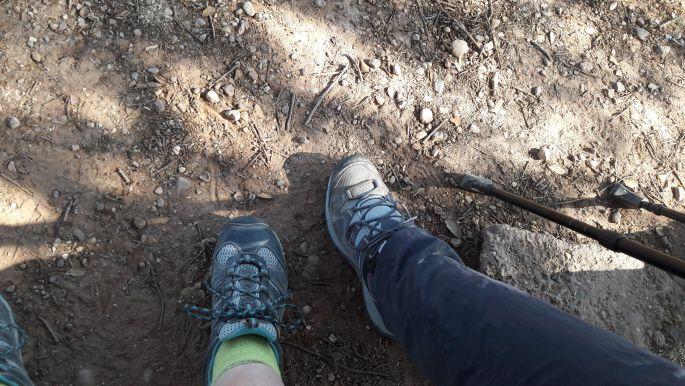 Lábaink, a bal az enyém, a jobb Erikáé. Mármint innen felülről nézve. Amúgy az enyém jobb láb, Erikáé pedig bal. Ugye érthető... :-)