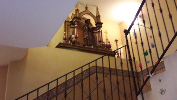 Ventosa, az albergue lépcsőfordulója Szent Jakab szobrával.