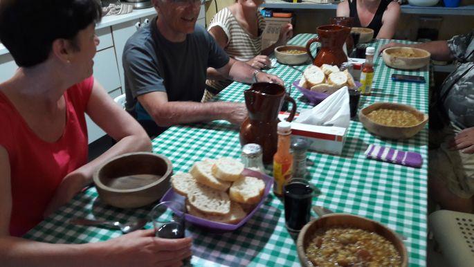 El camino, Ciruena, Albergue Virgen de Guadalupe, vacsora a zarándokokkal