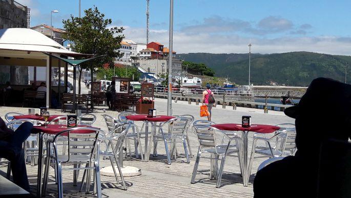 El camino, Finisterre, a parti étterem és a helyi öregúr sziluettje