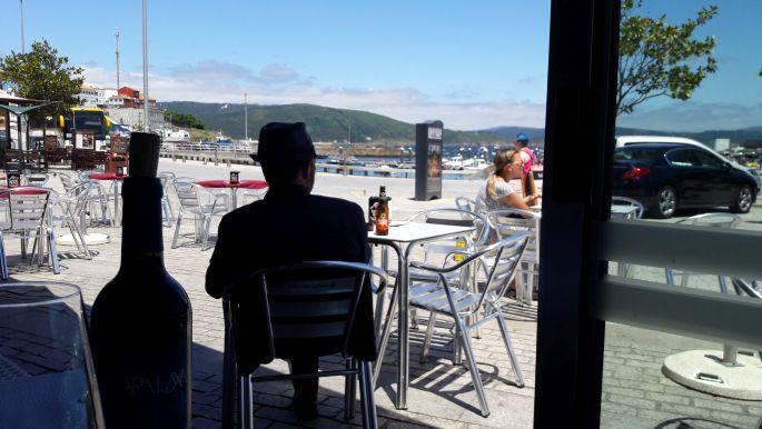 El camino, Finisterre, a parti étterem és a helyi öregúr sziluettje, plusz a vino tinto :-)