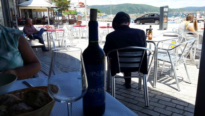 El camino, Finisterre, a parti étterem és a helyi öregúr sziluettje, úgy tűnik neki is leesett a vérnyomása :-)