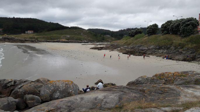 El camino, Muxia, óceánpart, ahol gyerekek játszanak a homokban