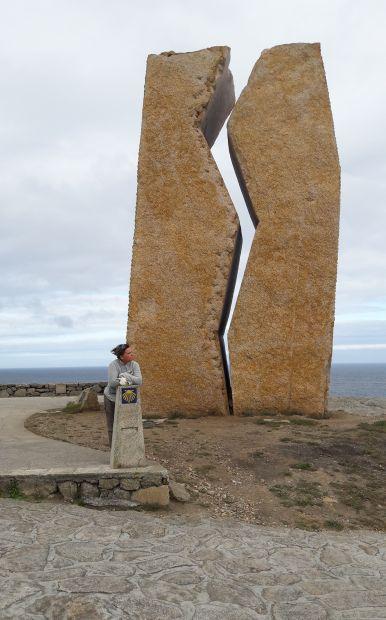 El camino, Muxia, az olajszállító tanker elsüllyedése és az ökológiai katasztrófa kapcsán állított emlékmű