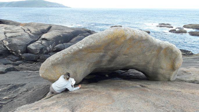 El camino, Muxia, a híres gyógyító kő, alatta pedig Erika :-)