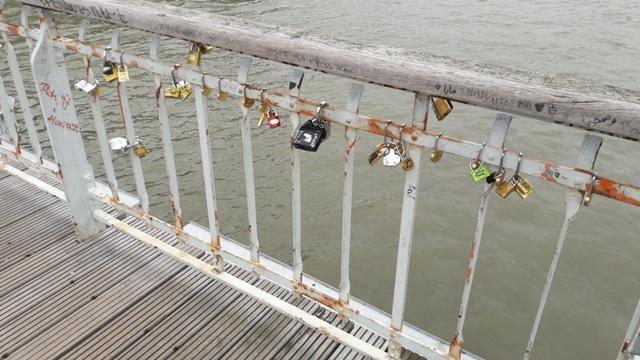 Párizs, híd szerelem-lakatokkal