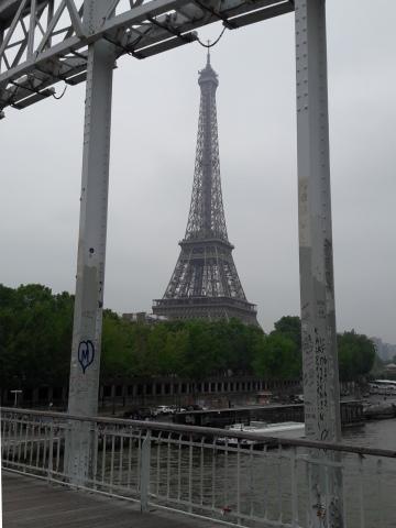 A híd egyik tartóoszlopán ott fityeg az Eiffel-torony... :-)