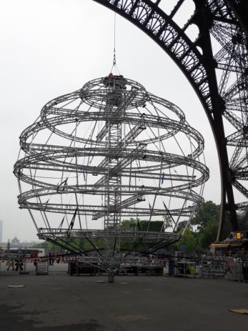 Ez pedig egy fém gömb az Eiffel-torony mellett. Lehet, hogy tudnom kéne, de gőzöm sincs, hogy mi célt szolgál. Lehet, hogy esténként fellövik az űrbe... :-)