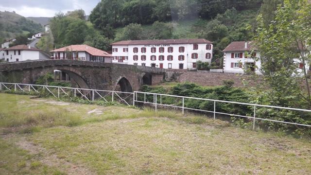 A vonat melletti kis folyó híddal