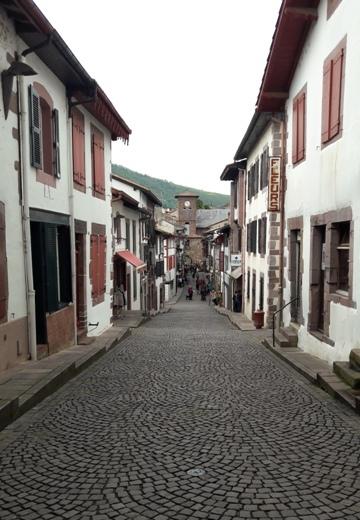 Saint Jean Pied de Port főutcája, a Rue de la Citadelle