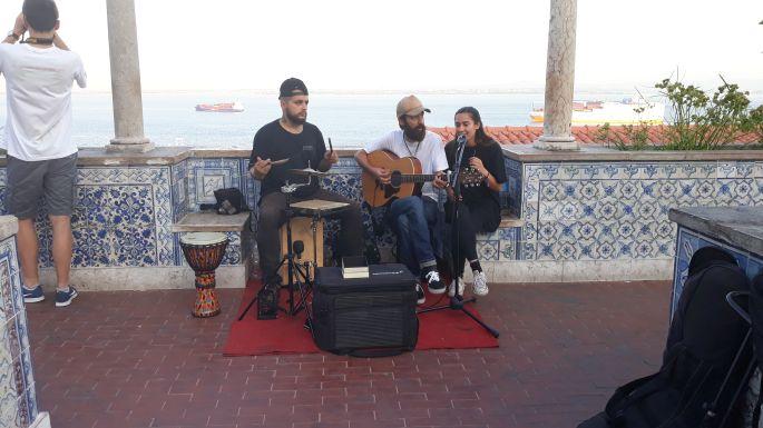 Lisszabon, zenészek a Miradouro de Santa Luzia kilátón