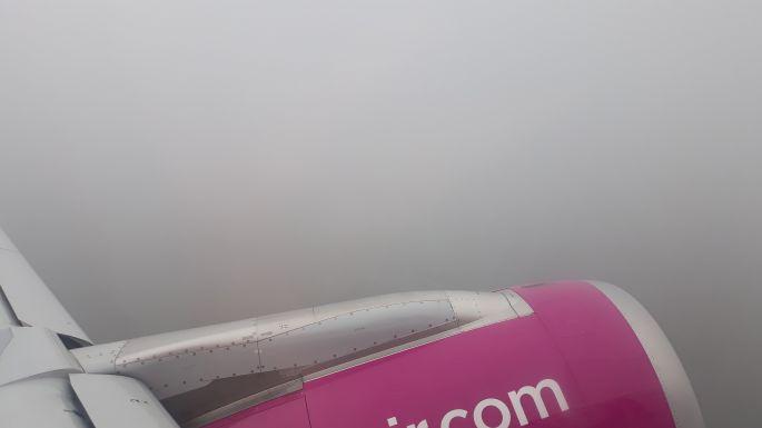 Egy ideig a szürke felhőben repültünk.
