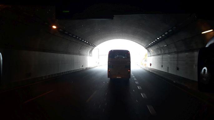 Portugál camino, autópálya busszal, fény az alagút végén