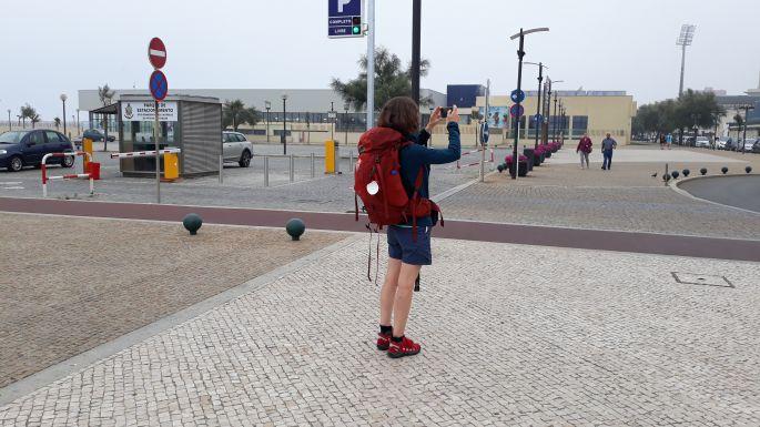 El Camino Costa, Portugál parti út, sétány, Ági fotózik, én meg őt fotózom :-)