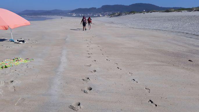 Portugál Camino Costa, Erika és Ági élvezi a homokos partot