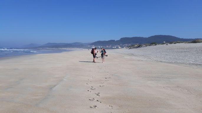 Portugál Camino Costa, Erika és Ági nagyon élvezi a homokos partot :-)