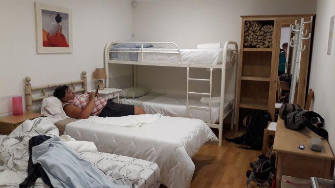 Portugál Camino Costa, Vila Praia de Ancora, vendégház, a szobánkon nem volt ablak, ellenben egy görög adonisz igen :-)
