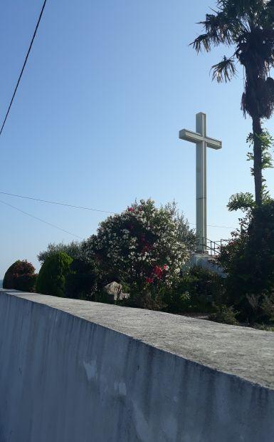 Portugál camino, kereszt a templom kertben