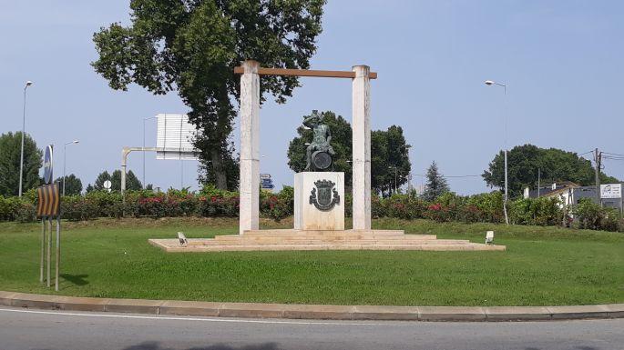 Portugál camino, a hordón ülő Bacchus-szobor