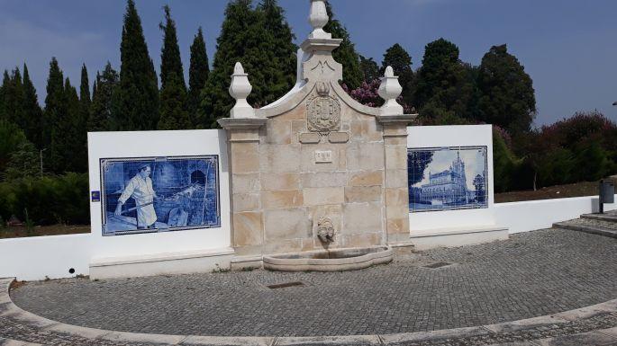 Portugál camino, ivókút azulejo díszítéssel