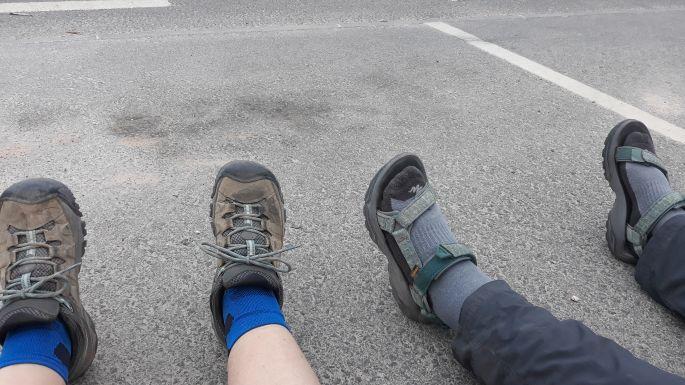 Portugál camino, pihenés a járda szélén, balra az én túracipőm, a szandál-zokni kombó pedig Erikáé :-)