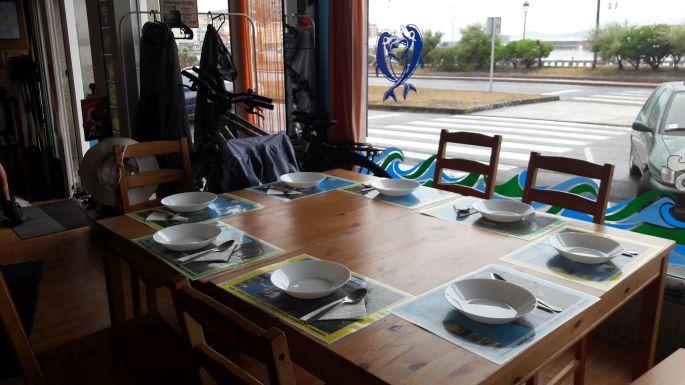 El Camino, Muxia, Albergue Delfín, az ebédhez terített asztal