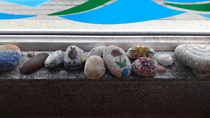 El Camino, Muxia, Albergue Delfín, az ablakpárkányon sorakozó festett kövek