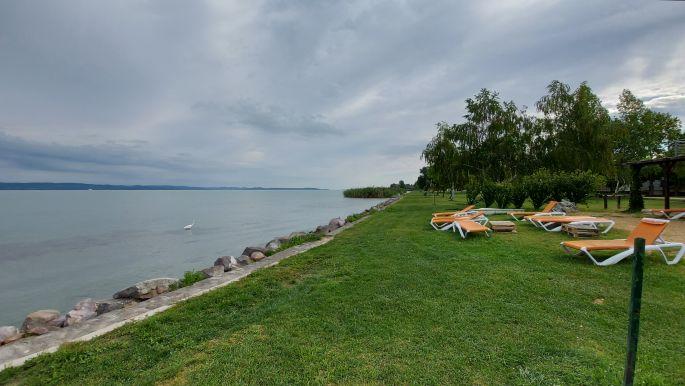 Balaton túra, vízpart napozóágyakkal