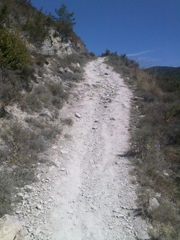 El Camino zarandokut meredek ut fel a hegyre.jpg
