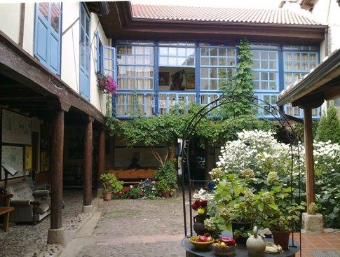 El Camino Hospital del Orbigo parokia albergue belso kert.jpg