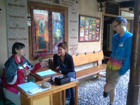 Marcsi instruálja Mártit és Kristófot.