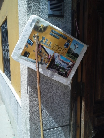 Az Albergue Parroquial hivatalos marketing védjegye, a ferdén lógatott tábla.