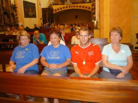 Mise a templomban. Lívia, Marianna, Kristóf és Andrea.