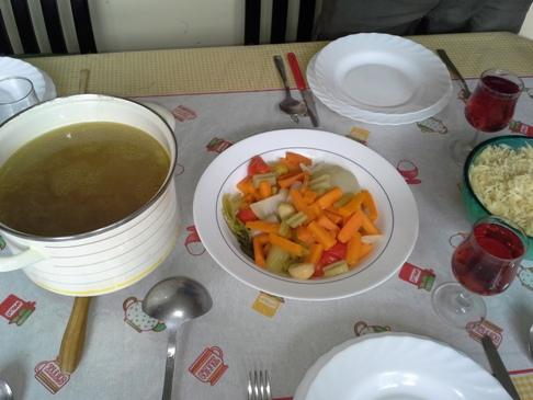 A húsleves és mellékletei, úgymint zöldség és jó vastag tészta. Cérnametéltet nem találtam, de így is jó volt.