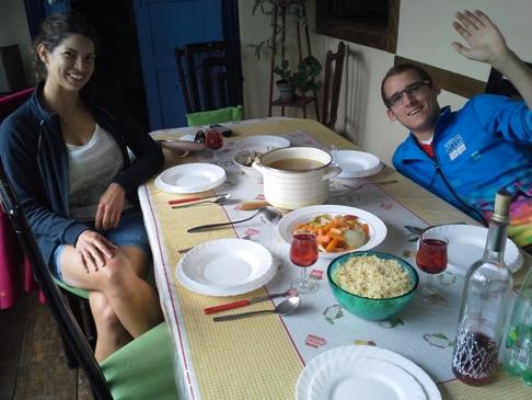 Ebédre várva éhesen és boldogan a gázrobbanástól megmenekült hospitalero csapat két tagja, Márti és Kristóf. A lencse mögött pedig én is élek és virulok! :-)