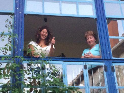 ...az ablakban pedig két Júlia. (Balra Márti, jobbra én) A dolog szépséghibája, hogy Giuseppe megkérdezte: én vagyok a kedves anyukája Mártinak? :-)