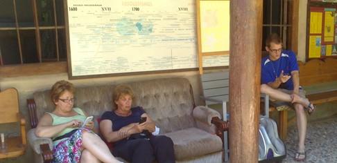 Beszélgetés helyett-mellett-közben wifizés a kanapén.