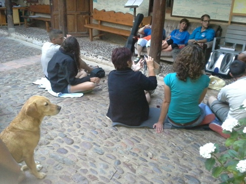 Sőt, a kutya vendégünk is hallgatta az előadást! :-)