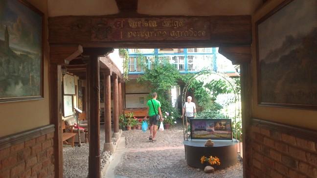 A kapun belépve egy rövid kis átjárón keresztül a meseszép udvarra jutunk.