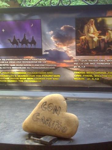 A kútfedőn egy szív alakú kő várja a zarándokokat, rajta a felirat: con carino - szívvel, szeretettel. :-)
