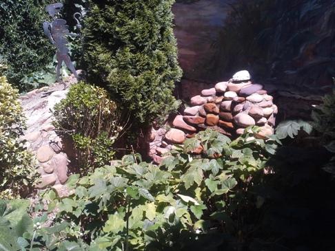 A kicsi kis szökőkút-vízesés egész nap csobogott - persze csak miután Kristóf megszerelte. Ügyes gyerek ez a Kristóf! :-)