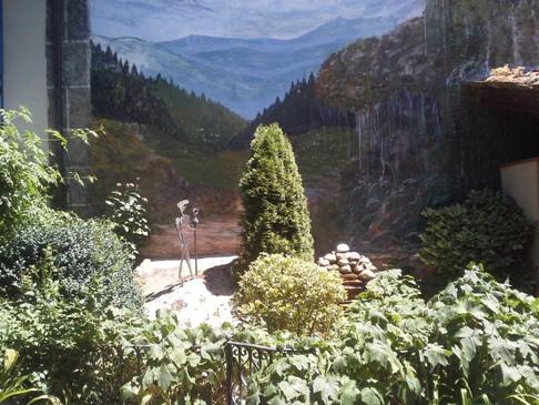 A háttérben nem a León utáni hegyek magasodnak, hanem a tűzfalra festett tájkép.